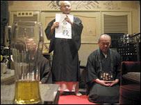 Японские монахи приносят буддизм в бары