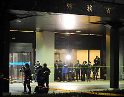 Приверженец ультраправого блока бросил бутылку с зажигательной смесью в здание МИД Японии и попытался совершить харакири