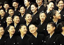 Музыкальная школа Такарадзука провела выпускную церемонию