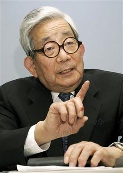 Японский суд отклонил иск против Оэ, описывавшего зверства на Окинаве