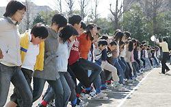 117 человек в Токио побили рекорд Гиннеса по бегу со связанными ногами