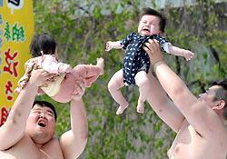 Маленькие японцы померялись силами в «Сумо плачущих младенцев»