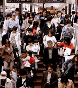 Отдохнувшие на Золотой неделе японцы возвращаются домой как сельди в бочке