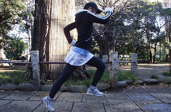 Заботящиеся о своем здоровье японки бегут в одном стиле