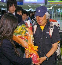 75-летний японский пенсионер с триумфом вернулся на родину после восхождения на Эверест