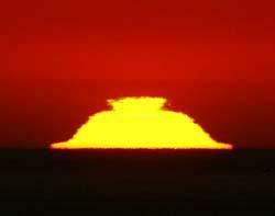 Мираж превратил заходящее солнце в перевернутую чашку для сакэ