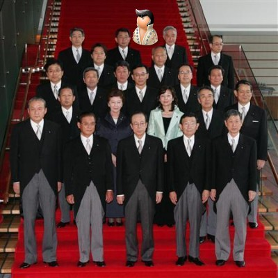 Вместе с членами Кабинета министров, собравшимися для официальной фотосессии