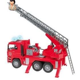 На самом верху выдвижной лестницы пожарной машины