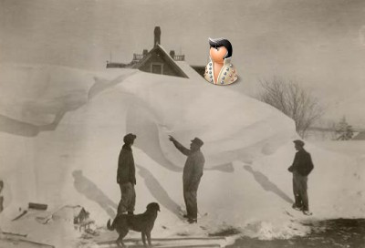 На самом верху снежного завала до второго этажа
