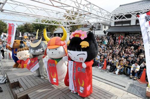 Слева направо: Vivace-kun, Kamon-chan, Shimasakonyan, Hikonyan и Yachinyan. Все пять талисманов родом из Хиконэ (префектура Сига).