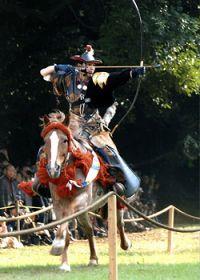 В Японии продолжает процветать древнее состязание самураев-лучников