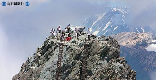 Альпинисты наслаждаются видом Северных Альп с горы Яригатакэ