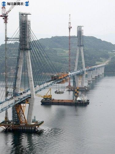 Последний блок моста Хидзэн Охаси встаёт на своё место