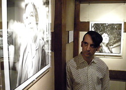 Пол Савиано рядом с одной из своих работ