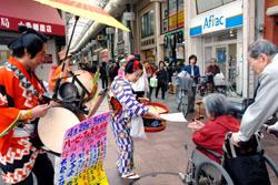 Группа уличных исполнителей в торговом пассаже Jujo Ginza. Токио, 2007 г.