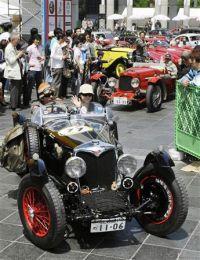Классические автомобили покидают район Умэда, Осака