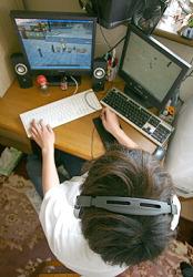 Герой статьи, играющий в очередную онлайн-игру у себя дома в префектуре Сайтама