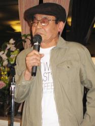 Ёсихиро Тацуми держит приветственное слово на вечеринке в честь 50-летия гэкига