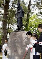 Статуя Осаму Дадзая
