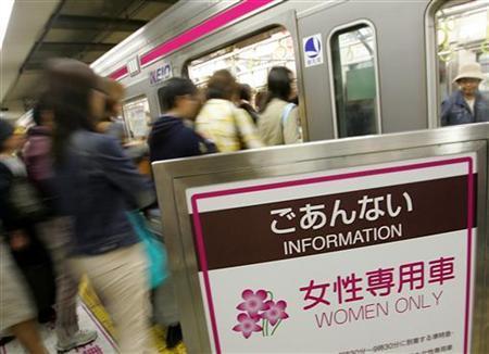 Вагон только для женщин. Синдзюку, Токио. 9-е мая 2005 г.