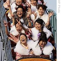 Молодые девушки веселятся в День совершеннолетия. Токио, 12-е января 2009 г.