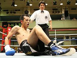 Китахара пытается подняться после одного из ударов во втором раунде