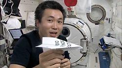Коити Ваката запускает самолётик в лаборатории Кибо
