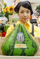 Арбуз редкой пирамидальной формы в одном из магазинов Фукуоки