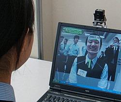 Работница станции тестирует свою улыбку при помощи Smile Scan