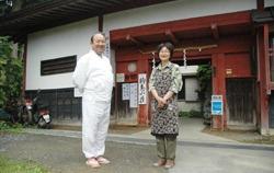 Ёсихико Баба (слева) с женой перед Комадори-сансо. Гора Митакэ, Токио