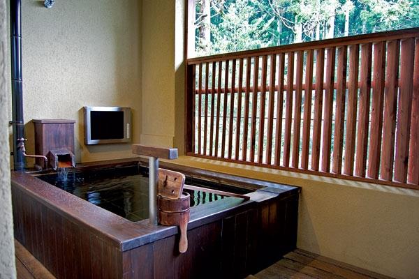 Купальня в номере отеля Hakone Suishoen