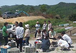 Молодёжь принимает участие в гоконе в Нисиномии, префектура Хёго
