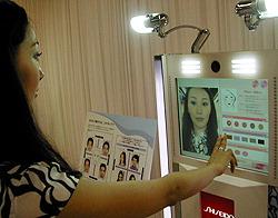 Имитатор нанесения макияжа на выставке в Токийском музее наук