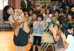 Ученики приветствуют Миюки Хатояму, посетившую во вторник японскую школу в Коннектикуте. 22-е сентября 2009 г.