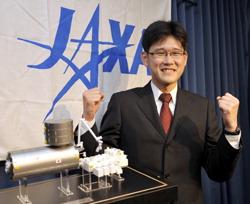 Норисигэ Канаи, новый кандидат JAXA в космонавты, позирует в офисе агентства. Тиёда, Токио. 8-е сентября 2009 г.