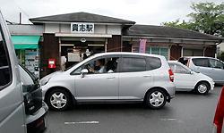 Пространство перед станцией Киси в г. Кинокава префектуры Вакаяма заполнено автомобилями туристов. Июль 2009 г.