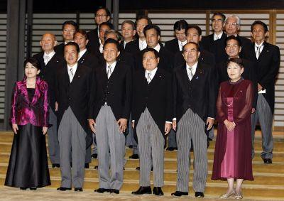Новый кабинет министров. Юкио Хатояма третий слева в первом ряду. 16-е сентября 2009 г.