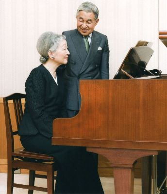 Император Акихито наблюдает за тем, как императрица Митико играет на пианино. Императорский дворец, Токио. 20-е октября 2009 г.