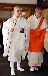 Дай-арадзи Эндо Мицунага (слева) направляется в зал Когосё Императорского дворца в Киото для проведения церемонии. 13-е октября 2009 г.