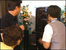 Сотрудник показывает родственникам, где хранится прах