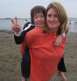 Сюзанна Камата со своей дочерью в поисках ракушек на берегу реки Ёсино, префектура Токусима