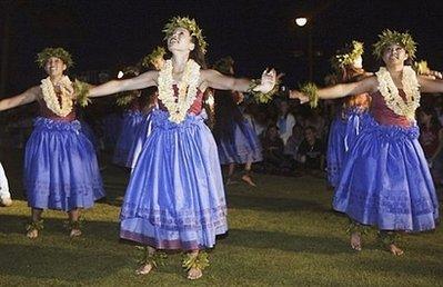 Выступление танцоров в Гонолулу, 2004 г.