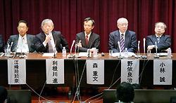 Слева направо: Лео Эсаки (Leo Esaki), Сусуму Тонэгава (Susumu Tonegawa), Сигэфуми Мори (Shigefumi Mori), Рёдзи Ноёри (Ryoji Noyori), Макото Кобаяси (Makoto Kobayashi). Встреча с репортёрами в Токийском университете, район Бункё, Токио. 25-е ноября 2009 г.