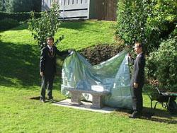 Памятная скамья в честь Уильяма Бёртона, сыгравшего ключевую роль в улучшении системы водоснабжения в Японии в конце XIX в. Роб Мунн (Rob Munn; на фотографии слева), заместитель лорда-провоста Эдинбурга, и Акира Сакаи (Akira Sakai), японский представитель организационного комитета, открывают памятник