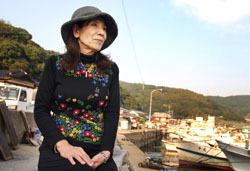 Йоко Накано смотрит на море. Рыбный порт неподалёку от АЭС Гэнкай