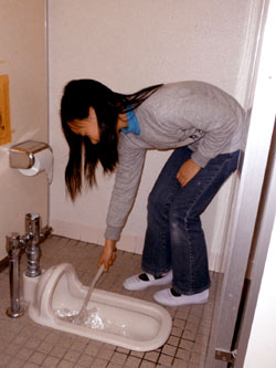 Девочка чистит туалет в начальной школе Минами. Иокогама, 1-е декабря 2009 г.