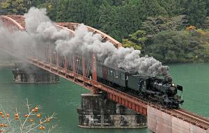 Паровоз Хитоёси-го пересекает мост в Хитоёси, префектура Кумамото