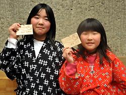 Две школьницы держат свои сертификаты, удостоверяющие, что они являются официальными рассказчицами. Тоно, префектура Иватэ. 24-е января 2010 г.