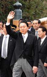 Премьер-министр Юкио Хатояма перед посещением Исэ-дзингу. 4-е января 2010 г.