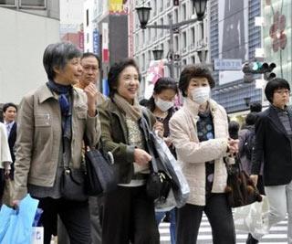 Покупатели прогуливаются по токийскому району Гиндза